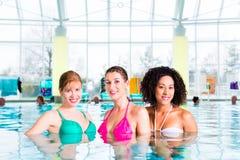 Frauen, die im Hallenbad schwimmen Stockfotografie