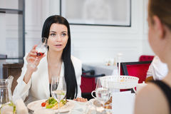Frauen, die im Restaurant speisen Lizenzfreie Stockbilder