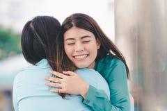 Frauen, die jeden Freund umarmen lizenzfreie stockbilder