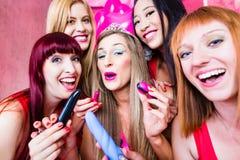 Frauen, die Jungesellinnen-Party mit Sexspielzeug haben Stockbilder