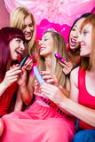 Frauen, die Jungesellinnen-Party mit Sexspielzeug haben Lizenzfreies Stockbild