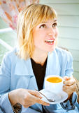 Frauen, die Kaffee beim café Lächeln trinken Stockbild