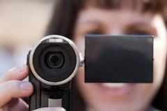 Frauen, die Kamera anhalten Lizenzfreies Stockfoto