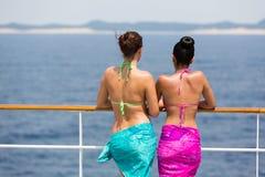 Frauen, die Kreuzfahrt sich entspannen Stockbild
