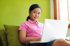 Frauen, die an Laptop arbeiten lizenzfreies stockbild