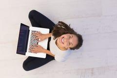 Frauen, die Laptop-Computer auf der Draufsicht des Bodens verwenden Stockfotografie
