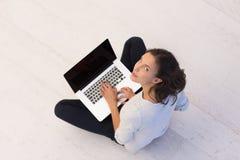 Frauen, die Laptop-Computer auf der Draufsicht des Bodens verwenden Lizenzfreies Stockfoto