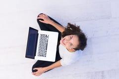Frauen, die Laptop-Computer auf der Draufsicht des Bodens verwenden Stockfotos