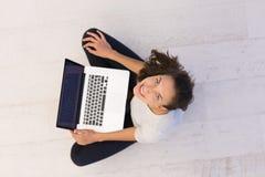 Frauen, die Laptop-Computer auf der Draufsicht des Bodens verwenden Stockfoto