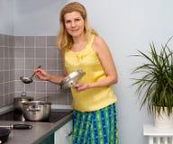 Frauen, die Lebensmittel an der Küche kochen Lizenzfreie Stockbilder