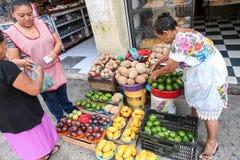 Frauen, die Mais gough für Tortillas auf einem lokalen Markt in mir verkaufen Stockfotos