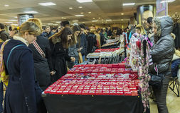 Frauen, die martisoare kaufen, um Anfang des Frühlinges im März zu feiern Stockbild