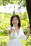 Frauen, die Mineralwasser anhalten Stockfotografie