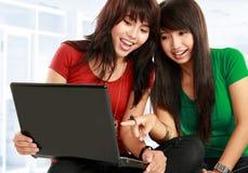 Frauen, die mit einem Laptop erlernen Stockbilder