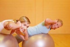Frauen, die mit Gymnastikkugel trainieren Lizenzfreies Stockbild
