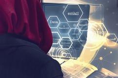 Frauen, die mit Laptop über Wortwolke und Symbolhintergrund arbeiten Lizenzfreie Stockbilder
