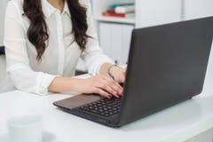 Frauen, die mit Laptop, Notizbuch, Arbeitsplatz arbeiten Lizenzfreie Stockfotografie