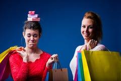 Frauen, die mit vielen Taschen auf Blau kaufen Lizenzfreies Stockfoto