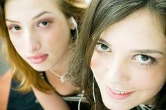 Frauen, die Musik hören Stockbild