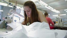 Frauen, die in nähender Werkstatt nähen stock footage