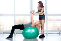 Frauen, die pilates Übungen in der Turnhalle tun Lizenzfreies Stockbild