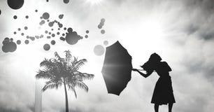 Frauen, die Regenschirmschattenbild mit tropischem Sturm und Kreisen halten Stockbilder