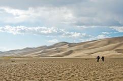 Frauen, die in Sand gehen lizenzfreie stockbilder