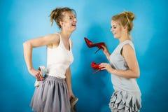 Frauen, die Schuhe der hohen Absätze darstellen Stockfoto