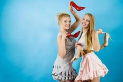 Frauen, die Schuhe der hohen Absätze darstellen Stockfotografie