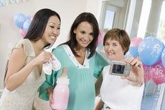 Frauen, die Selbstporträt an einer Babyparty nehmen Lizenzfreie Stockbilder
