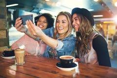 Frauen, die selfie machen Lizenzfreie Stockfotos