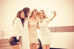 Frauen, die selfie nahe bei Limousine nehmen Stockfotos