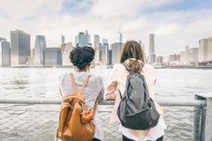 Frauen, die Skyline betrachten lizenzfreies stockfoto