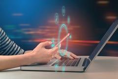 Frauen, die Smartphone und Laptop-Computer mit Social Media-Ikone verwenden Lizenzfreies Stockfoto
