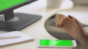 Frauen, die Smartphone verwenden, während sie auf dem Handy grüne Bildschirme anschauen und dabei die Chroma-Taste online nutzen, stock video footage