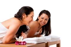 Frauen, die Spaß am Badekurort haben Stockfoto