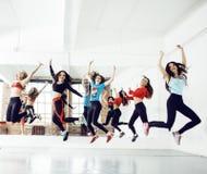Frauen, die Sport in der Turnhalle, Gesundheitswesenlebensstil-Leutekonzept, modernes Dachbodenstudio tun Stockfotos