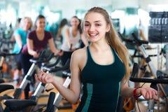 Frauen, die in Sportverein radfahren Stockfotografie