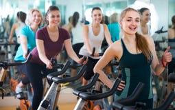 Frauen, die in Sportverein radfahren Lizenzfreie Stockfotos