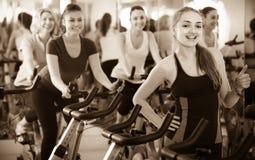 Frauen, die in Sportverein radfahren Lizenzfreies Stockfoto