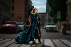 Frauen, die Straße auf Zebrastreifen kreuzen Stockfotografie