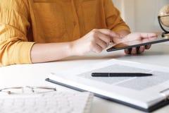 Frauen, die Tablette beim Arbeiten in ihrem Büro verwenden lizenzfreie stockfotografie