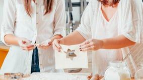 Frauen, die Teigherstellungskekse halten backen stockfotos