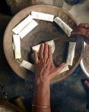 Frauen, die traditionellen Kuchen Bora Pitha des Assamese vorbereiten Stockbilder