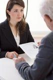Frauen, die um einen Job sich bewerben stockbilder
