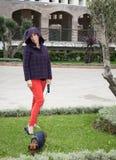 Frauen, die um Stadt mit Dachshundhund gehen Stockfoto
