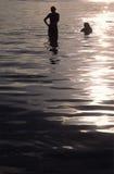 Frauen, die unten nach einem Tagessonnebaden abkühlen Lizenzfreie Stockbilder