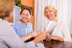 Frauen, die am Versicherungsagenten sich beraten Lizenzfreies Stockfoto