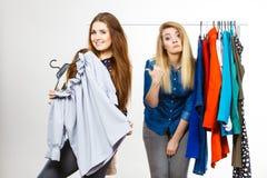 Frauen, die während des Kleidungseinkaufs argumentieren Stockfotografie