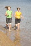 Frauen, die in Wasser laufen Lizenzfreies Stockbild